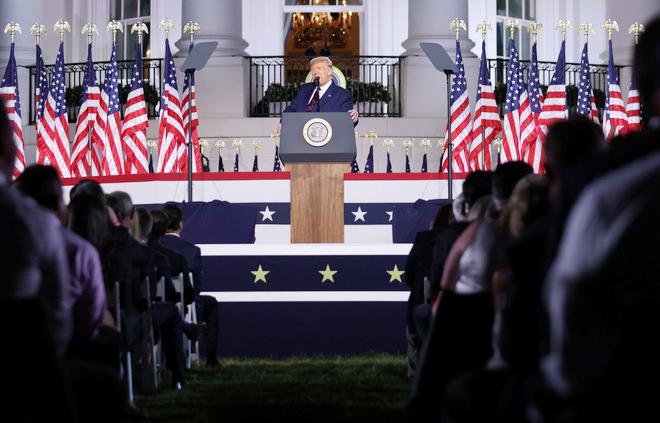 Ông Donald Trump: Mỹ sẽ đưa phụ nữ lên Mặt Trăng, sẽ cắm cờ ở Sao Hỏa  - Ảnh 1.