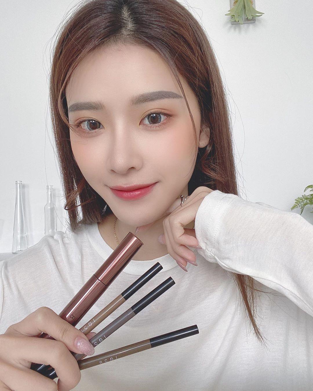 Đầu tư chi cho tốn kém, nàng công sở chỉ cần có 5 món makeup này là đã trẻ xinh, nhan sắc lên hương rõ ràng - Ảnh 2.