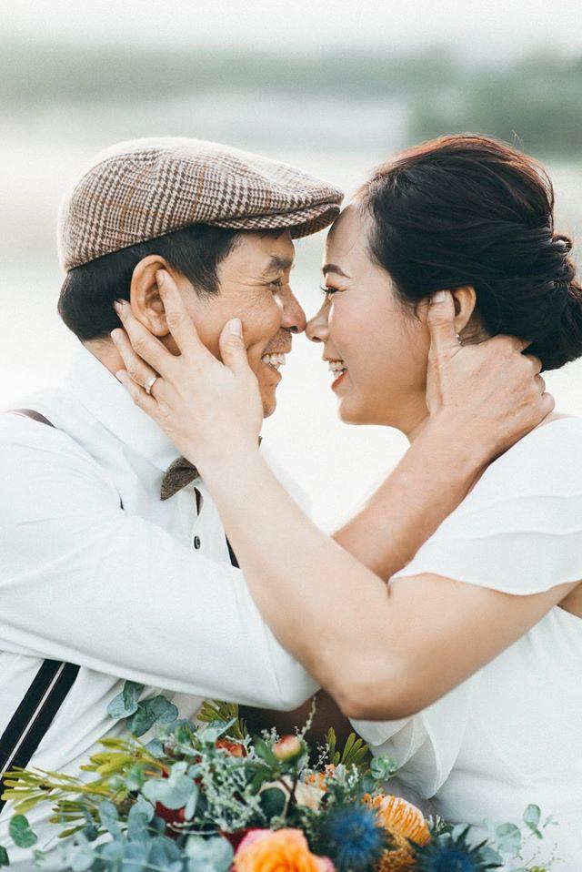 Cặp vợ chồng U60 và những tấm hình khiến nhiều đôi ở độ tuổi thanh xuân cũng phải ghen tị cùng cuộc hôn nhân 23 năm vẫn như thuở ban đầu - Ảnh 1.