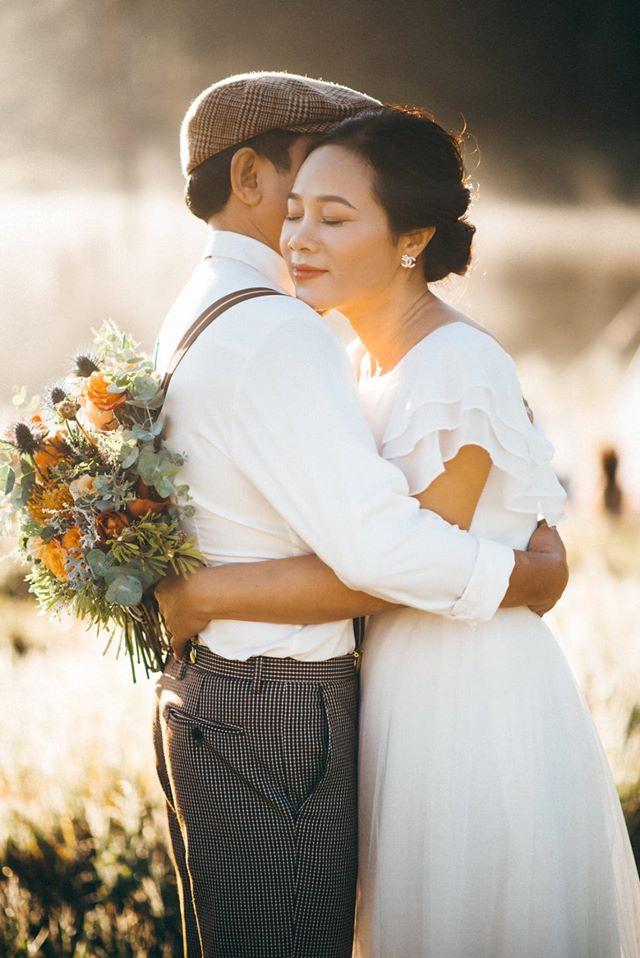 Cặp vợ chồng U60 và những tấm hình khiến nhiều đôi ở độ tuổi thanh xuân cũng phải ghen tị cùng cuộc hôn nhân 23 năm vẫn như thuở ban đầu - Ảnh 2.