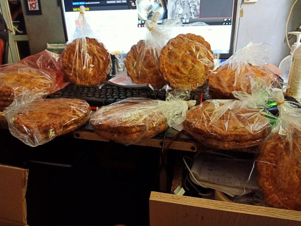 Đã có loại bánh nướng nhiều vỏ ít nhân to bằng cái đĩa giá chỉ 45 ngàn/chiếc dành riêng cho các tín đồ chỉ ăn vỏ đây rồi! - Ảnh 1.