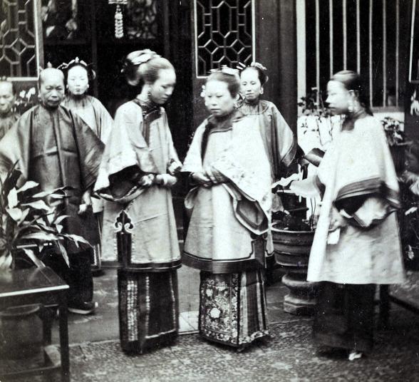 Loạt ảnh cũ phản ánh chân thật vẻ ngoài của các nữ nhân trong 1 gia đình quan chức triều nhà Thanh ngày xưa - Ảnh 2.