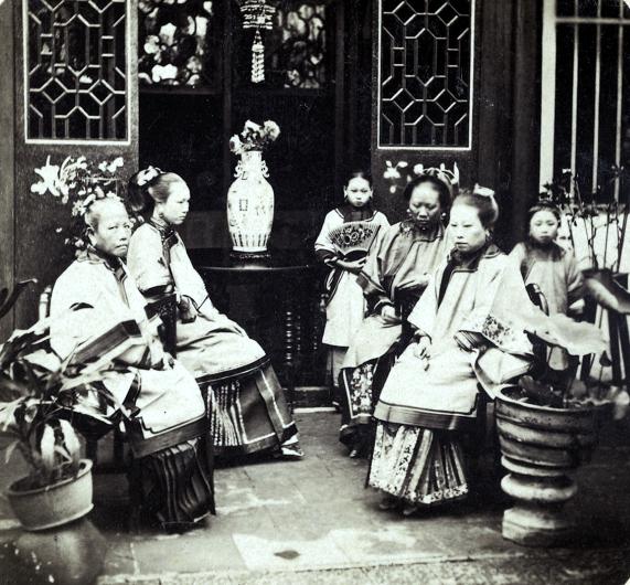 Loạt ảnh cũ phản ánh chân thật vẻ ngoài của các nữ nhân trong 1 gia đình quan chức triều nhà Thanh ngày xưa - Ảnh 1.