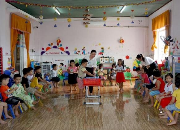 Học sinh mầm non tại Trường mầm non phường Bình Định trong giờ uống sữa học đường