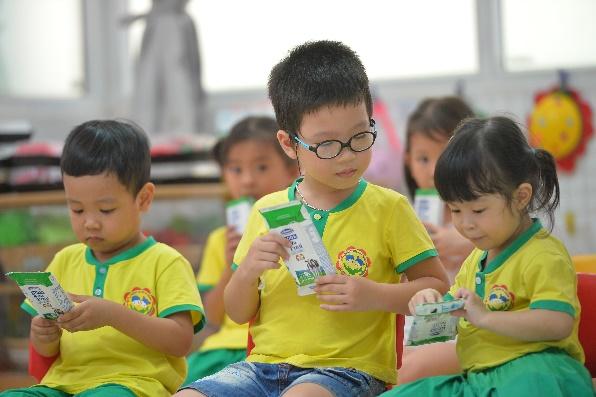 Quan tâm đến dinh dưỡng cho học sinh trong mùa dịch, nhiều trường triển khai chương trình sữa học đường - Ảnh 1.