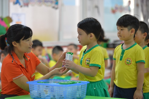 Quan tâm đến dinh dưỡng cho học sinh trong mùa dịch, nhiều trường triển khai chương trình sữa học đường - Ảnh 2.