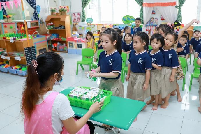 Quan tâm đến dinh dưỡng cho học sinh trong mùa dịch, nhiều trường triển khai chương trình sữa học đường - Ảnh 4.