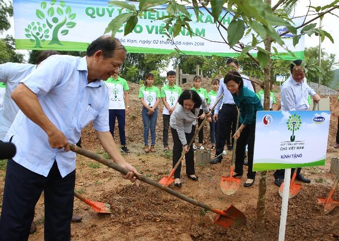 Vinamilk chung tay cùng người dân vừa trồng cây gây dừng, vừa tạo sinh kế - Ảnh 2.