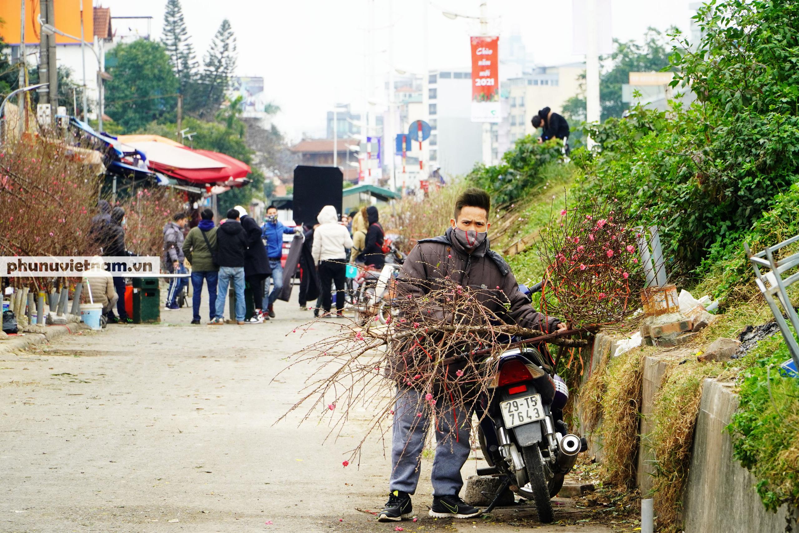 Đào Nhật Tân nở sớm hơn mọi năm, người trồng cầu mong giá rét kéo dài - Ảnh 14.