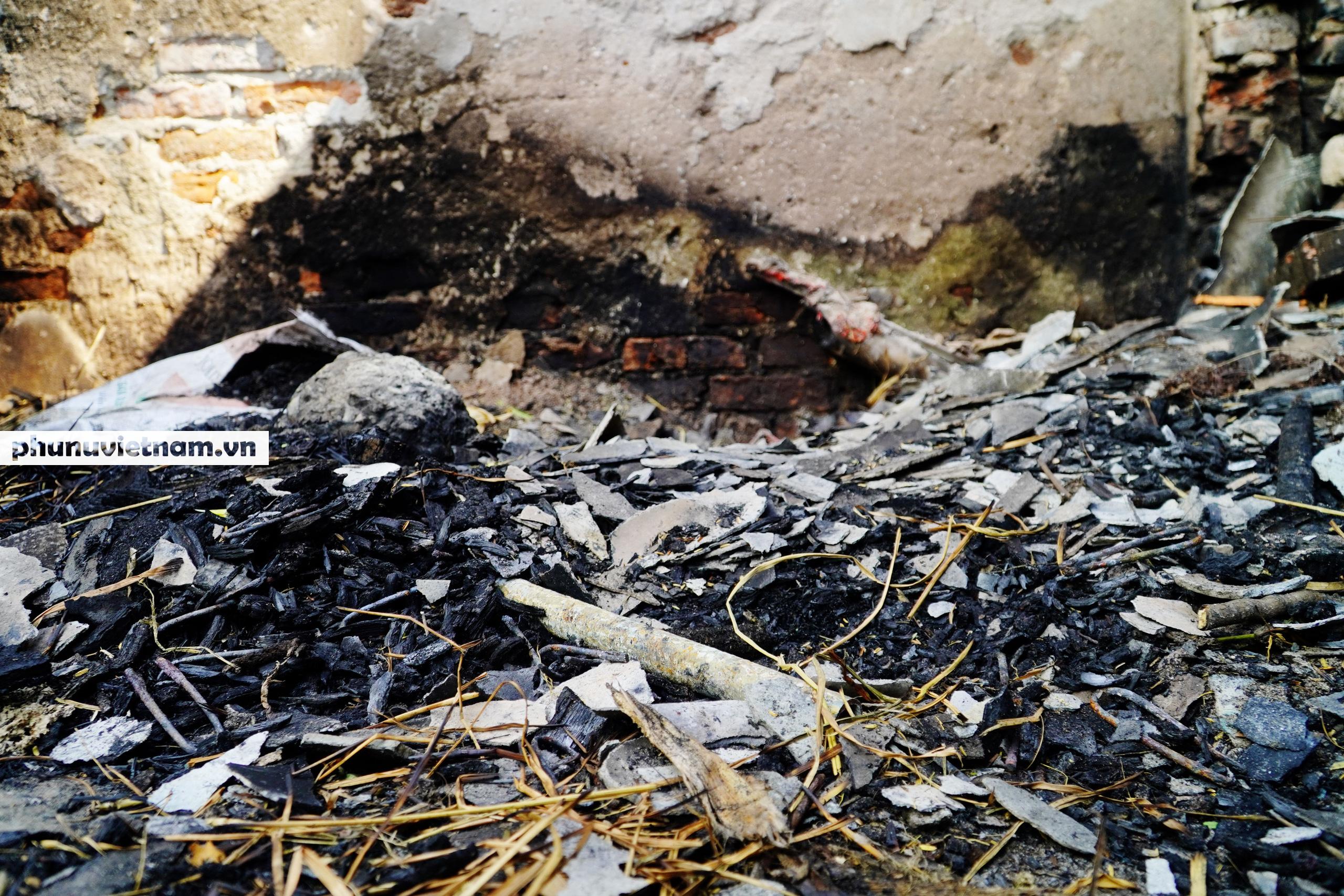 Đốt lửa qua đêm chống rét cho bò sữa, không may bị cháy cả chuồng - Ảnh 5.