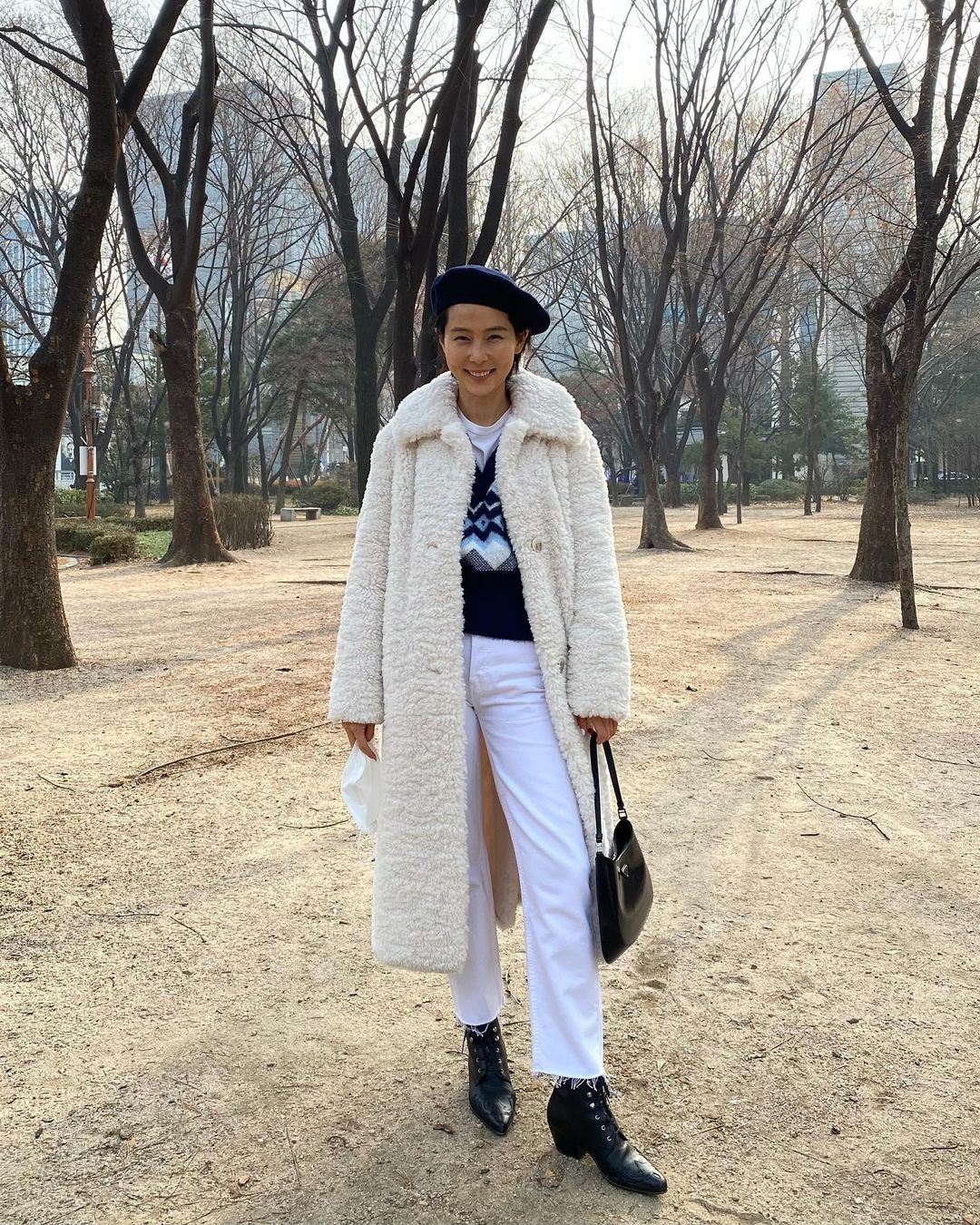 Mùa Đông diện áo khoác dáng dài là ấm nhất nhưng diện sao cho tôn dáng và sành điệu thì phải học 10 gợi ý sau - Ảnh 9.