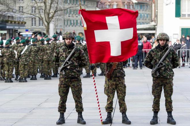 Thụy Sĩ: Lính mới tập quân sự tại nhà giữa thời Covid-19 - Ảnh 1.