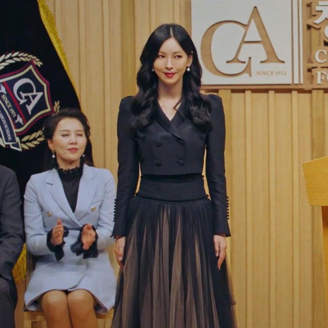 """Ngoài bộ đầm khoét ngực, váy siết eo cao vút mà Seo Ye Ji mặc trong """"Điên Thì Có Sao"""" cũng trở thành chuẩn mực khoe dáng của sao Hàn - Ảnh 6."""