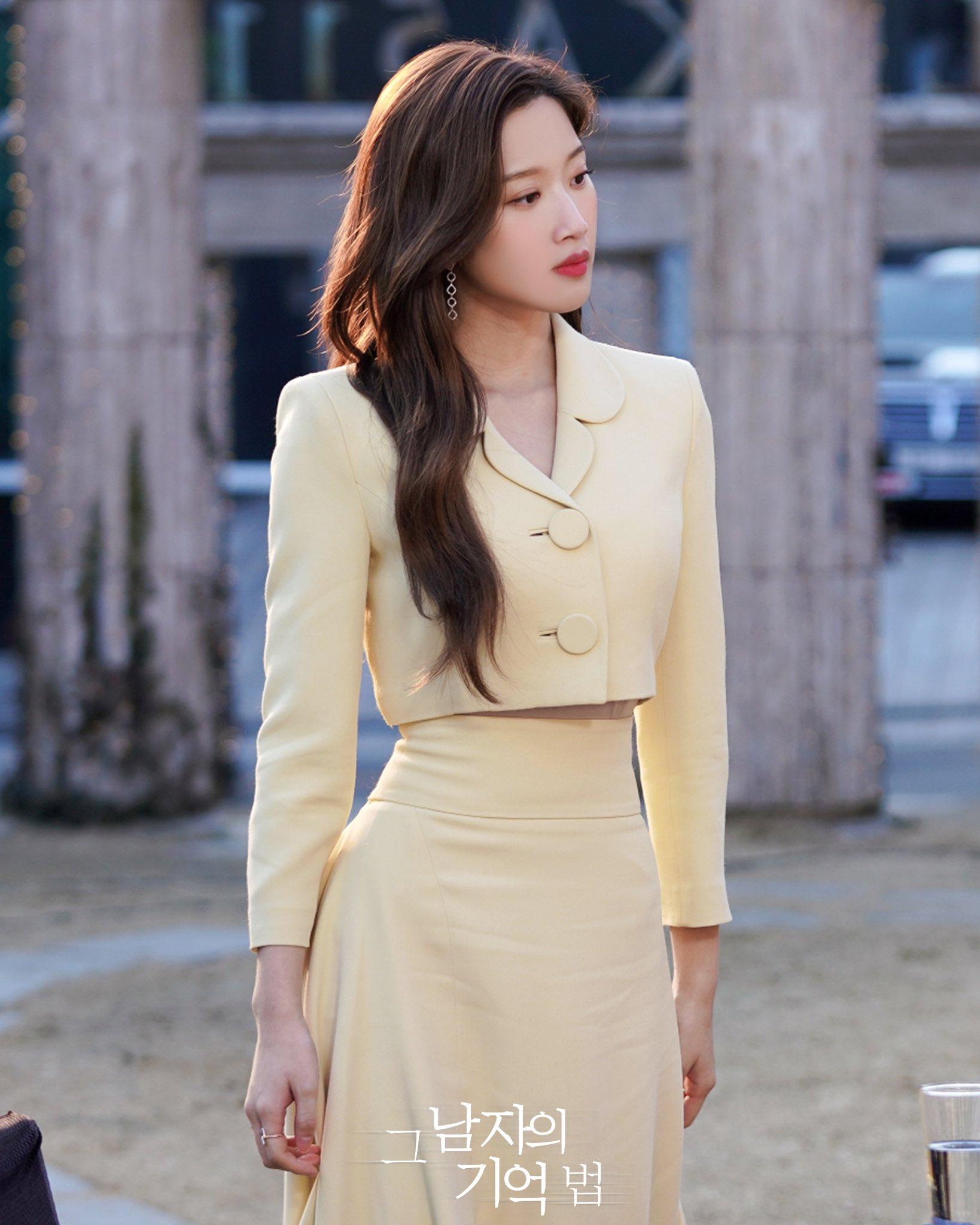 """Ngoài bộ đầm khoét ngực, váy siết eo cao vút mà Seo Ye Ji mặc trong """"Điên Thì Có Sao"""" cũng trở thành chuẩn mực khoe dáng của sao Hàn - Ảnh 5."""