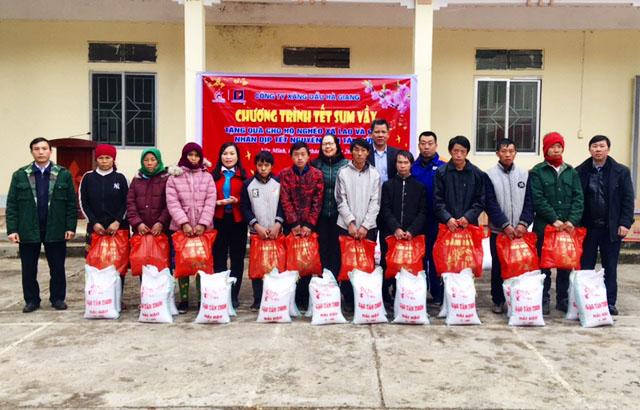 Phụ nữ Hà Giang trao áo ấm, nấu bánh chưng tặng quân nhân, hộ nghèo và học sinh - Ảnh 3.