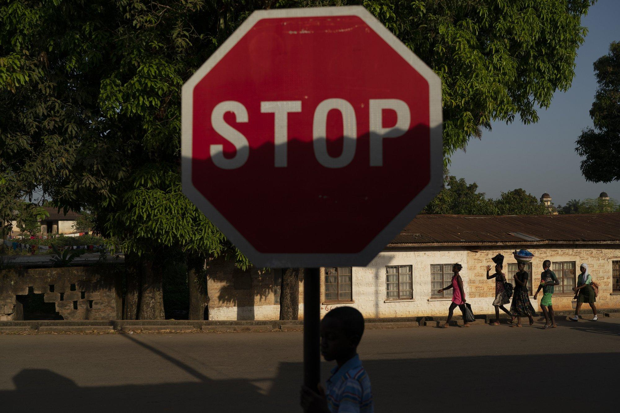 Hy sinh trẻ em gái đổi lấy kinh tế trong tình cảnh ngặt nghèo của đại dịch - Ảnh 10.
