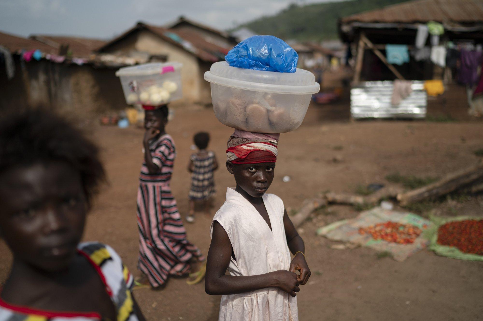 Hy sinh trẻ em gái đổi lấy kinh tế trong tình cảnh ngặt nghèo của đại dịch - Ảnh 2.