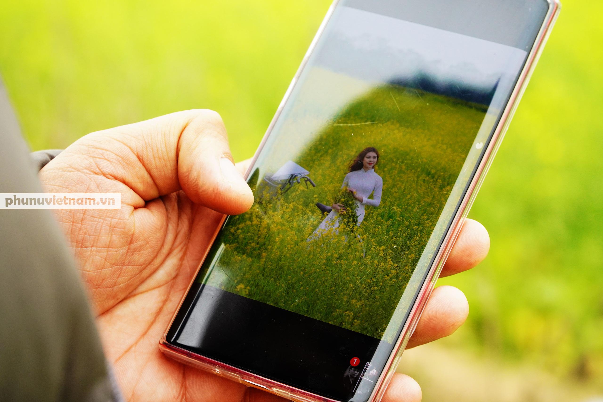 Thiếu nữ áo trắng đẹp hút lòng người trên cánh đồng hoa cải vàng ở Chi Đông - Ảnh 6.