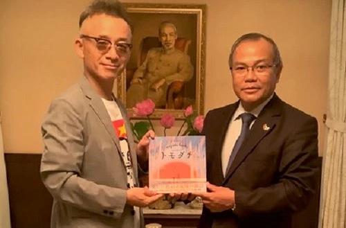 Nhà văn  Aihara Hiroyuki (trái)  và Đại sứ Việt Nam tại Nhật Bản Vũ Hồng Nam