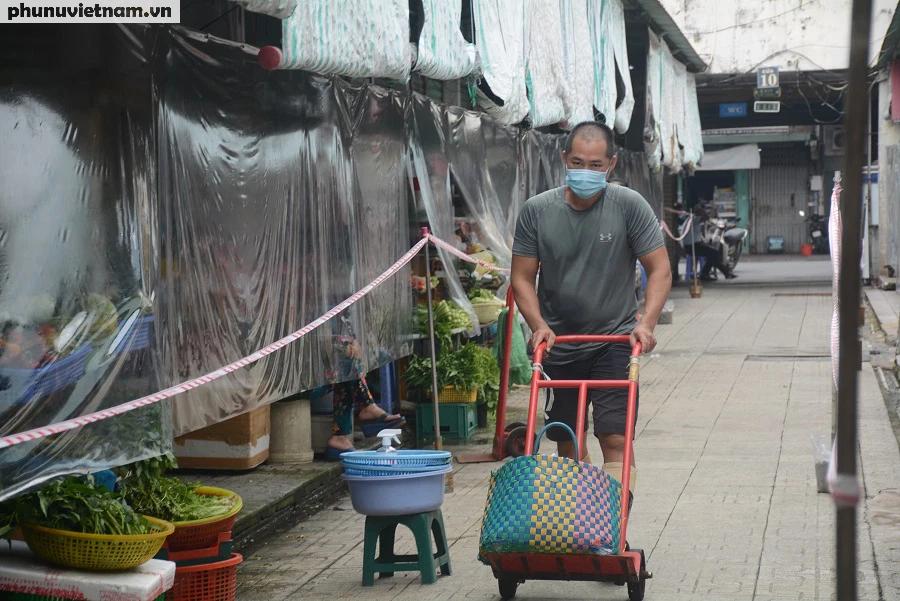 Mua hàng qua vách ngăn ở chợ Bến Thành - Ảnh 1.