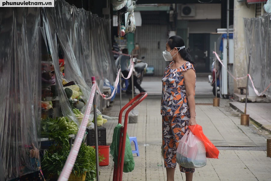Mua hàng qua vách ngăn ở chợ Bến Thành - Ảnh 4.