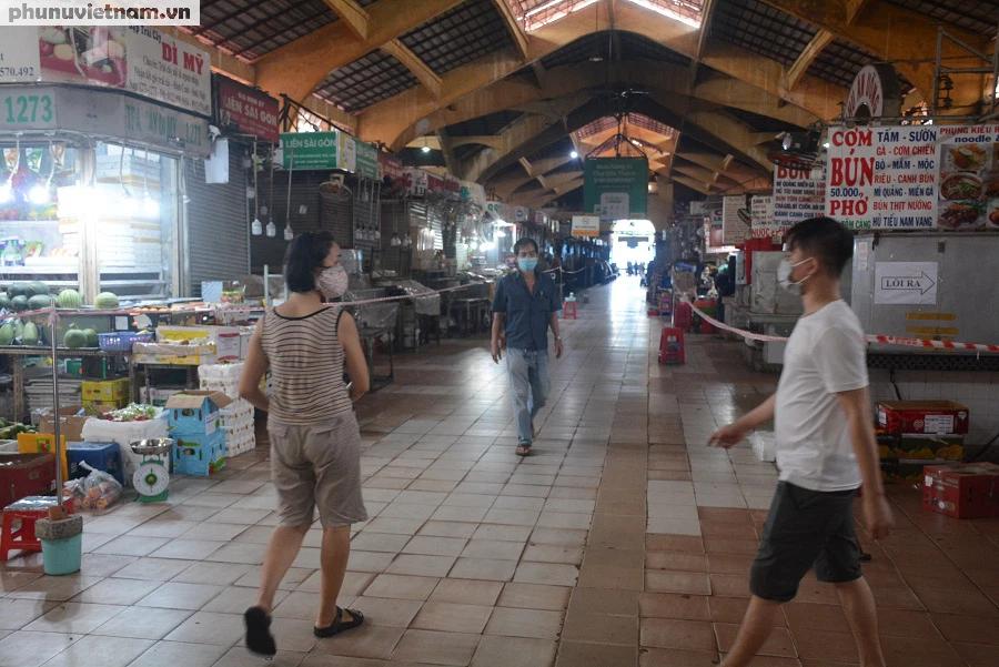 Mua hàng qua vách ngăn ở chợ Bến Thành - Ảnh 5.