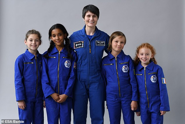 Búp bê Barbie được làm phi hành gia để truyền cảm hứng cho trẻ em gái theo đuổi STEM - Ảnh 4.
