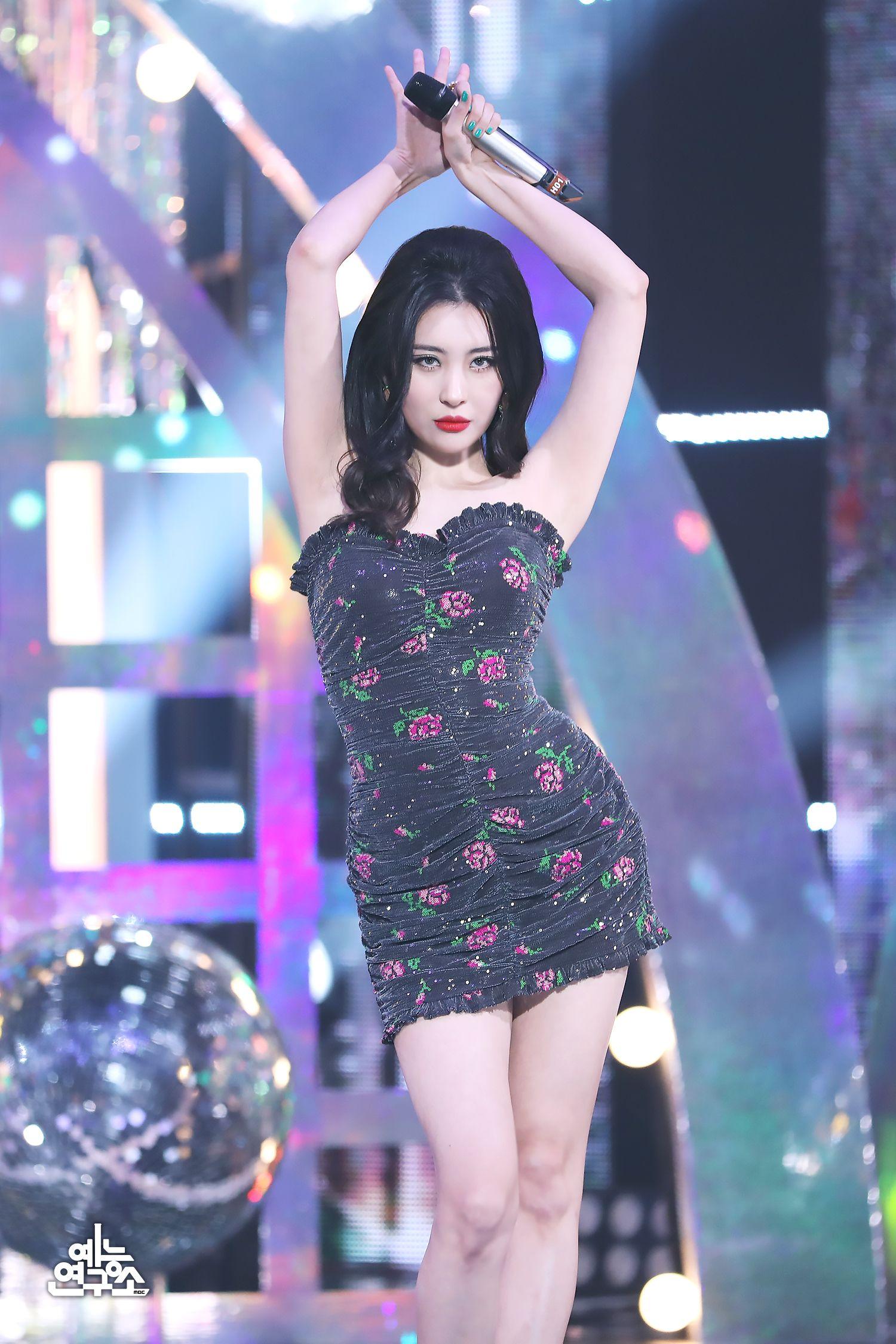 """Chế váy gốc đẹp bình thường thành siêu cấp lồng lộn, stylist giúp Rosé thắng nhẹ """"nữ hoàng solo Kpop"""" khi đụng hàng - Ảnh 4."""