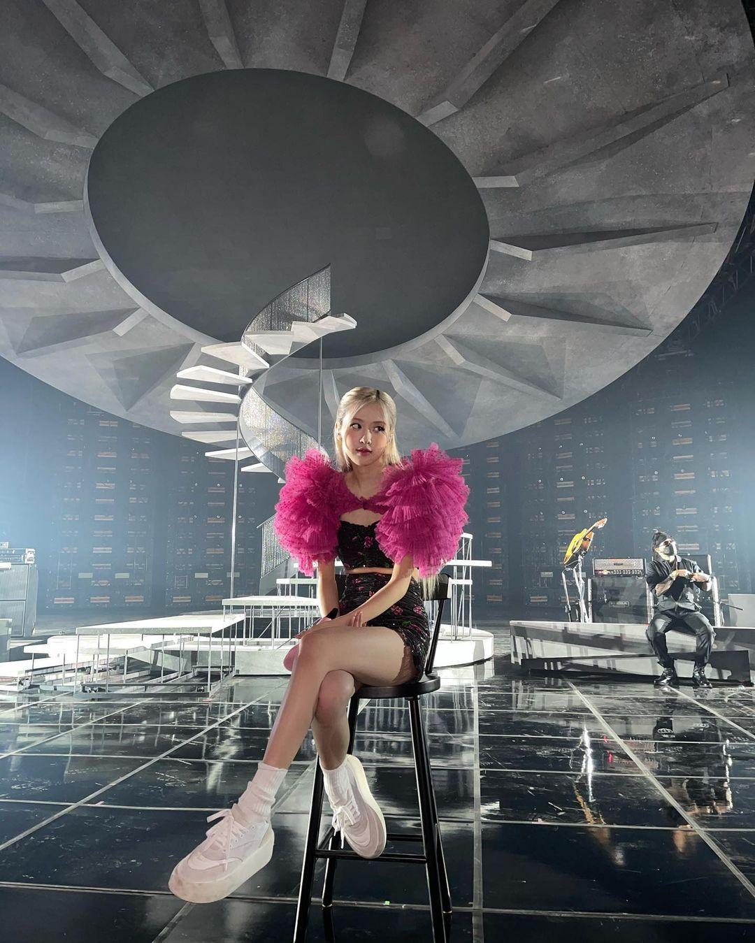 """Chế váy gốc đẹp bình thường thành siêu cấp lồng lộn, stylist giúp Rosé thắng nhẹ """"nữ hoàng solo Kpop"""" khi đụng hàng - Ảnh 3."""