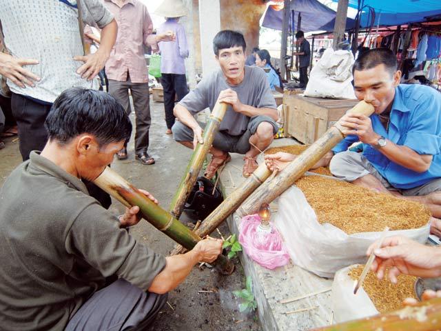 Người Việt thích hút thuốc lào không chỉ dịp lễ Tế , thuốc lào có hại như thuốc lá không? - Ảnh 2.