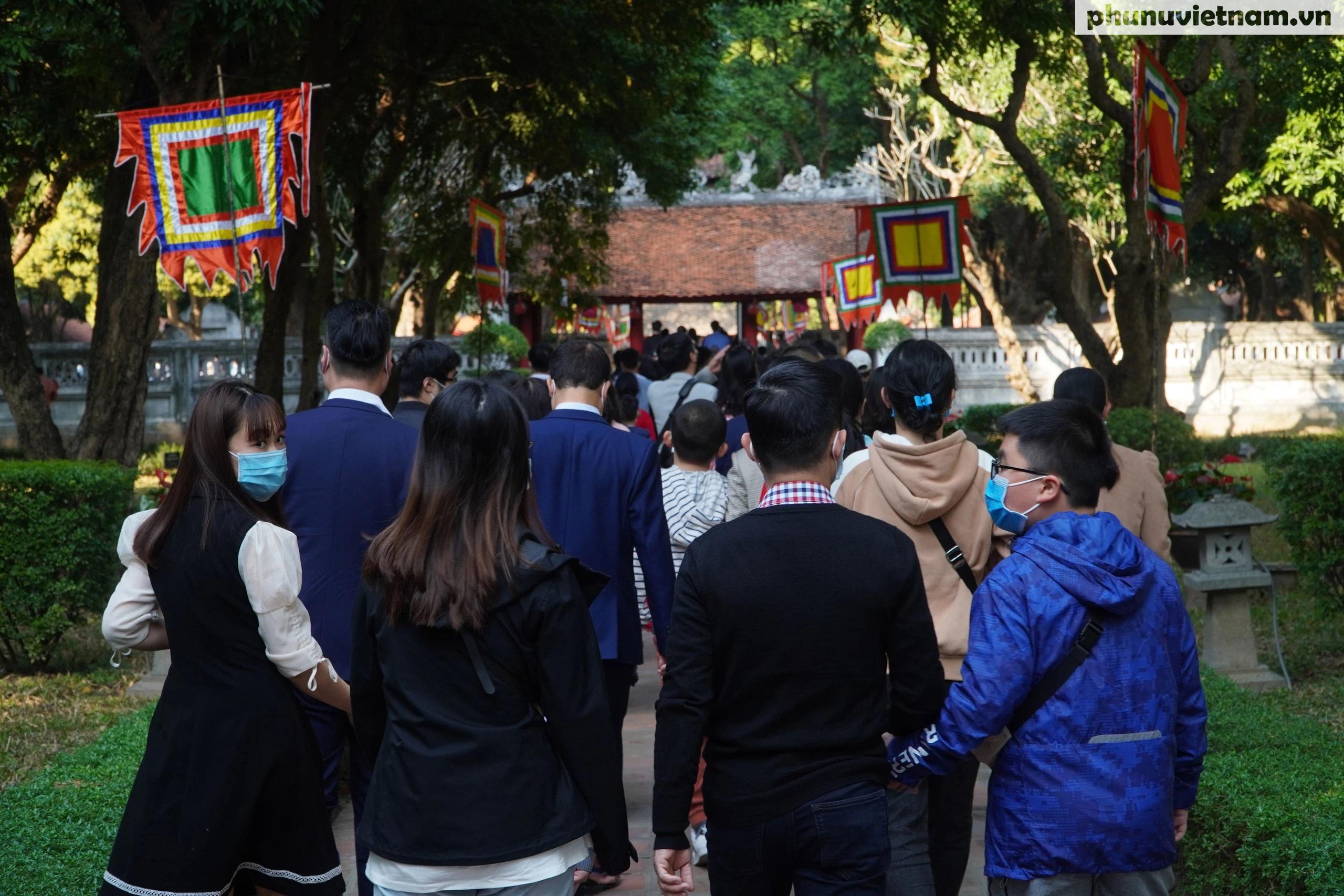 Cả ngàn người đội nắng, xếp hàng đến Văn Miếu - Quốc Tử Giám trong ngày Tết Thầy - Ảnh 14.
