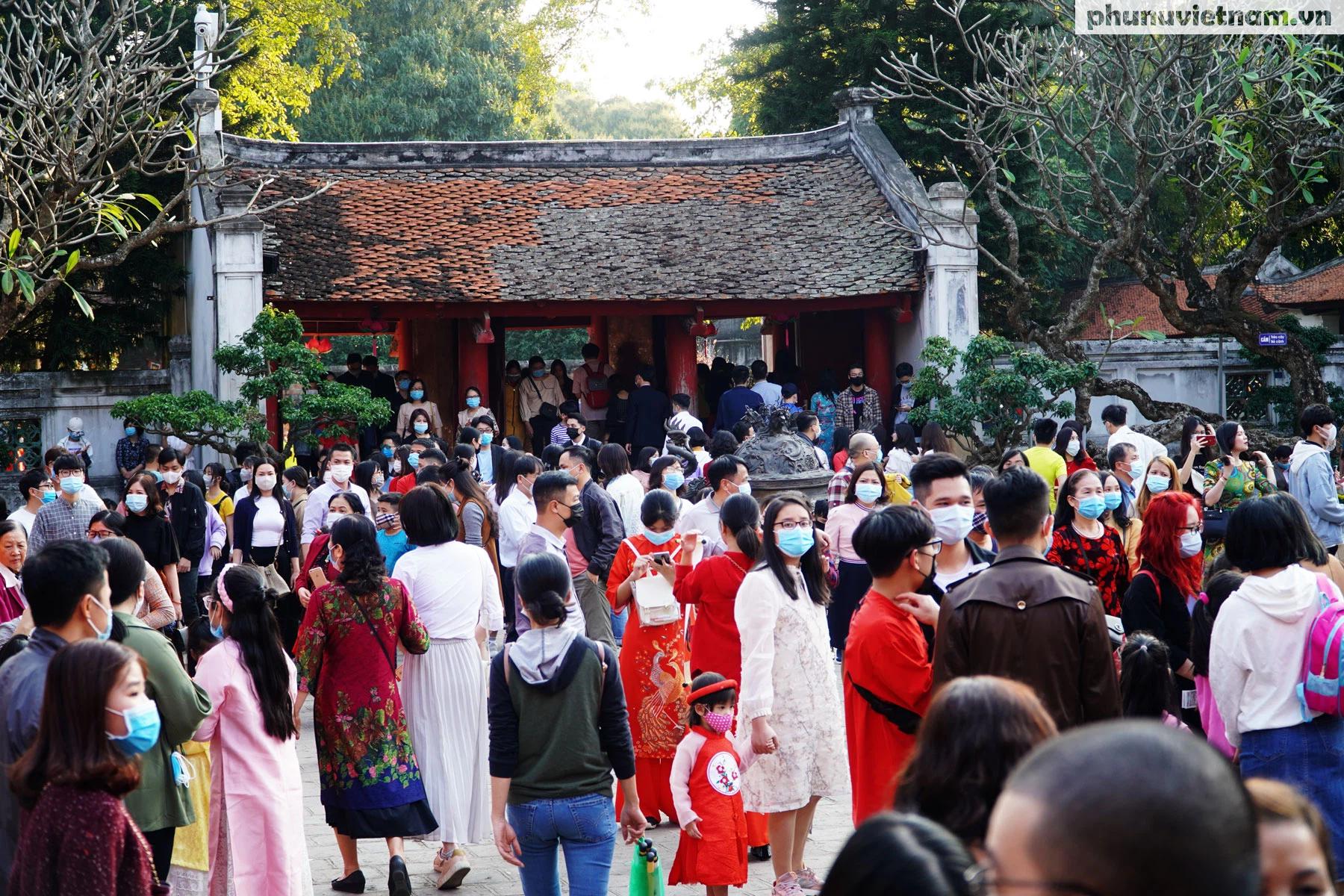 Cả ngàn người đội nắng, xếp hàng đến Văn Miếu - Quốc Tử Giám trong ngày Tết Thầy - Ảnh 21.