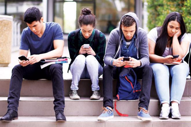 Tăng thời lượng sử dụng mạng xã hội làm tăng nguy cơ tự tử ở trẻ em gái - Ảnh 1.