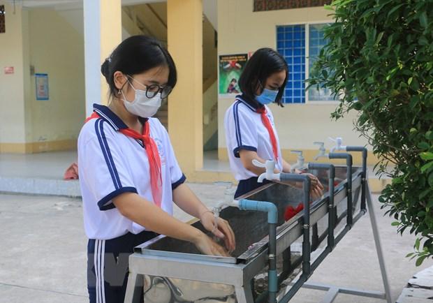 Học sinh Thanh Hóa, Vĩnh Long, Cần Thơ đến trường sau nghỉ phòng dịch - Ảnh 1.