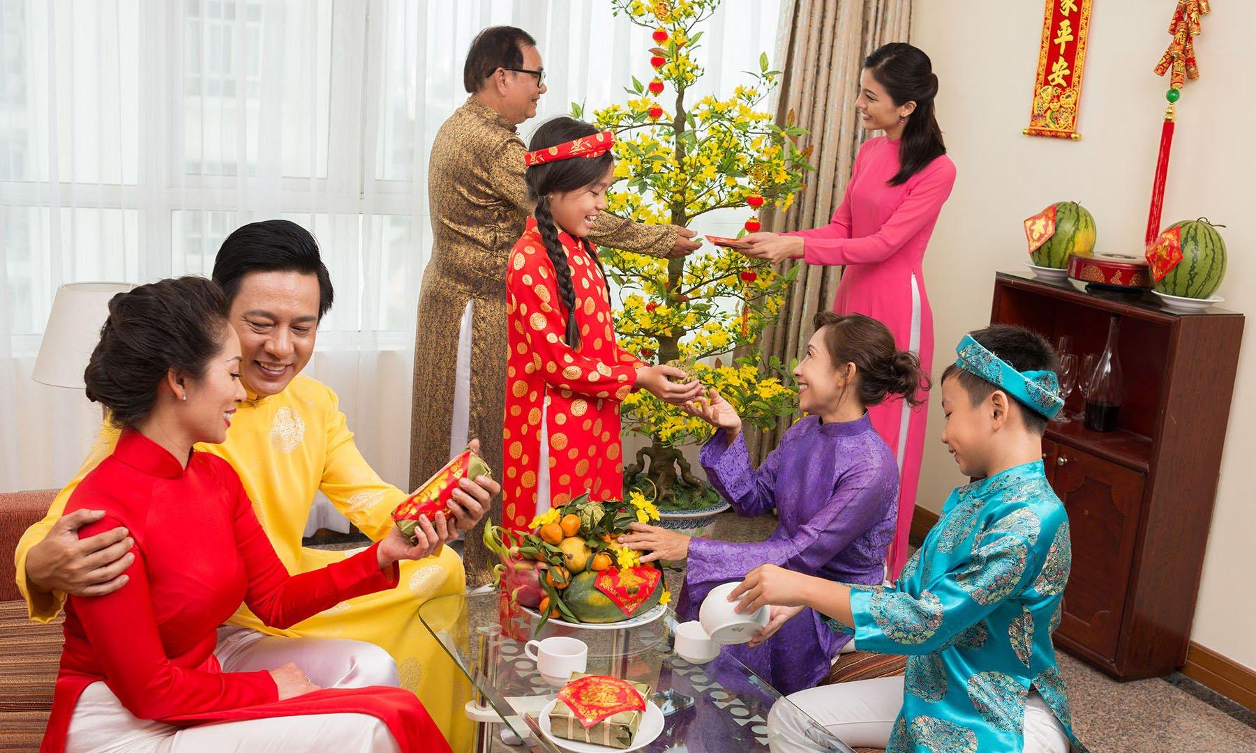 Tết đến nơi, bố mẹ cần dạy con 1 điều cấm kị không được làm khi nhận lì xì: Nếu phạm phải thì cả khách, cả chục đều khó xử - Ảnh 3.