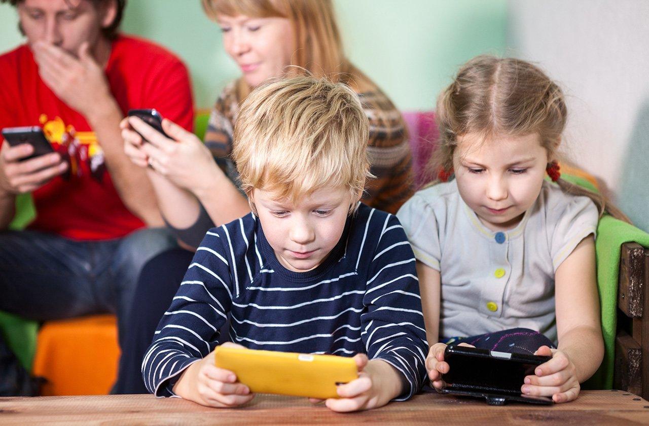 Nghiện điện thoại và cách hạn chế thời gian sử dụng điện thoại ở trẻ - Ảnh 2.