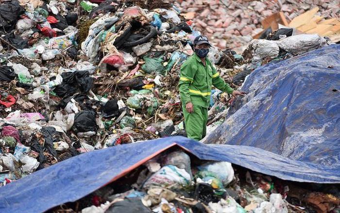 Cảnh sát điều tra nghi vấn đổ nước vào rác thải để tăng trọng lượng - Ảnh 1.
