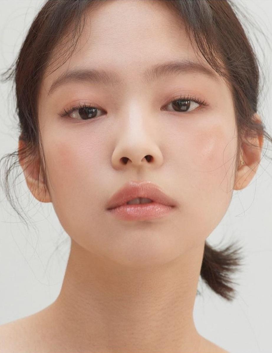 """4 bí kíp then chốt để makeup tự nhiên đúng kiểu Jennie, nàng công sở áp dụng thì trình độ trang điểm sẽ """"lên tay"""" - Ảnh 1."""