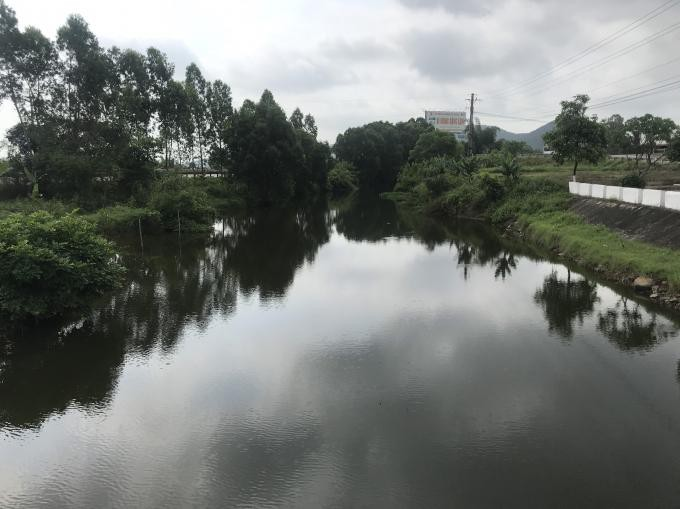 Điều tra nguyên nhân nguồn nước đen ngòm bốc mùi ở di tích quốc gia kênh Nhà Lê - Ảnh 2.