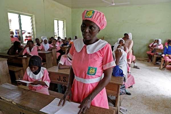 Người phụ nữ đến trường học tập ở tuổi trung niên - Ảnh 3.