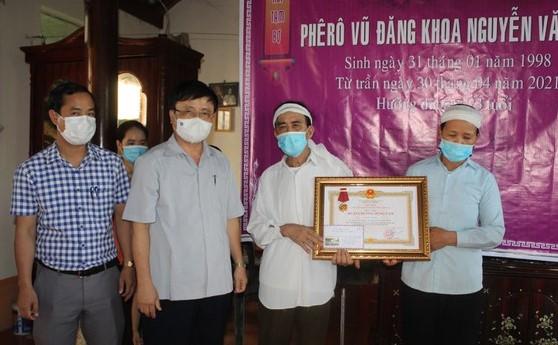 Truy tặng Huân chương Dũng cảm của chủ tịch nước cho sinh viên Nguyễn Văn Nhã - Ảnh 2.