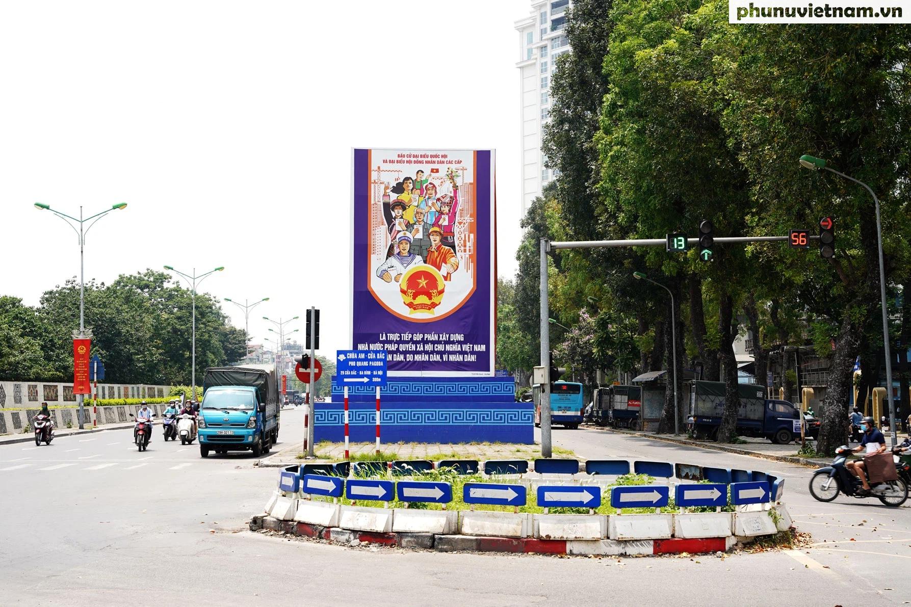"""Phố phường Hà Nội rực rỡ cờ phướn, tranh cổ động chào mừng """"Ngày hội của toàn dân"""" - Ảnh 1."""