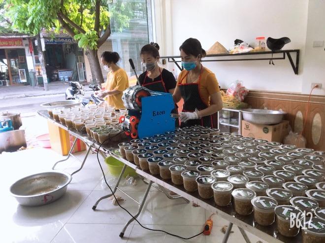 9X Hà Nội nấu hàng nghìn cốc chè hỗ trợ người dân vùng dịch Bắc Giang - Ảnh 1.