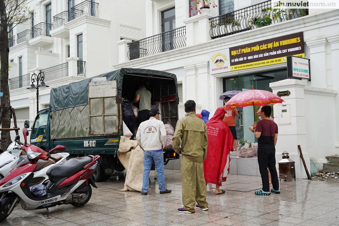 Hơn chục người dầm mưa vận chuyển, phát miễn phí 5,5 tấn nông sản Bắc Giang  - Ảnh 1.