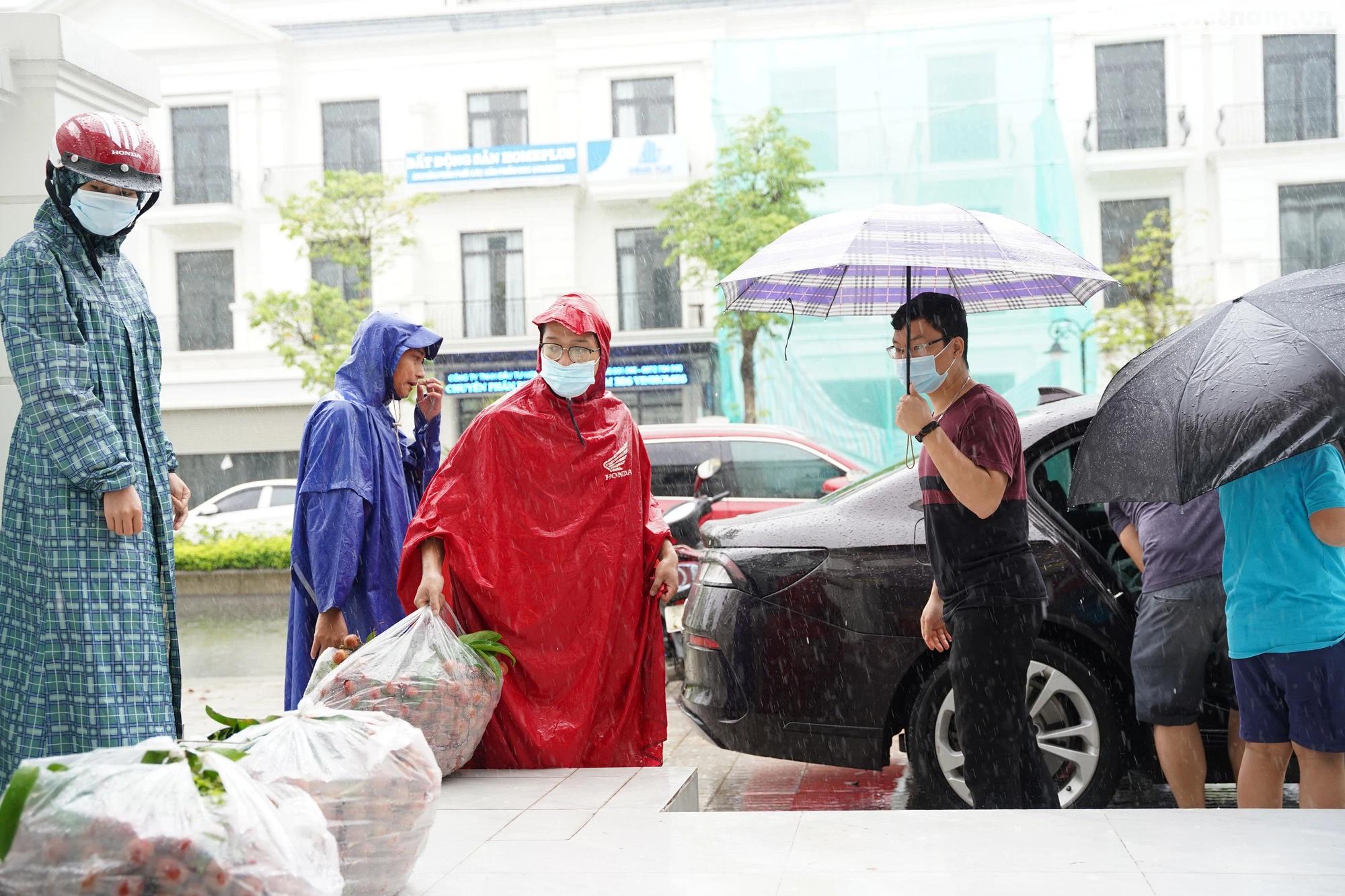 Hơn chục người dầm mưa vận chuyển, phát miễn phí 5,5 tấn nông sản Bắc Giang  - Ảnh 3.