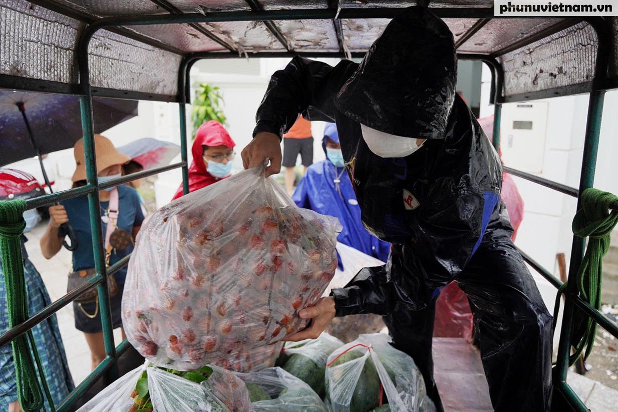 Hơn chục người dầm mưa vận chuyển, phát miễn phí 5,5 tấn nông sản Bắc Giang  - Ảnh 4.