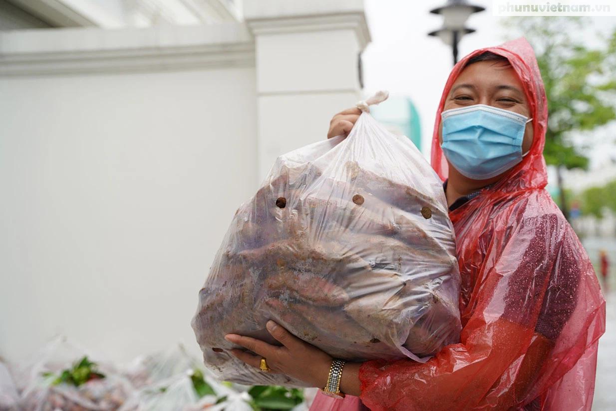 Hơn chục người dầm mưa vận chuyển, phát miễn phí 5,5 tấn nông sản Bắc Giang  - Ảnh 6.