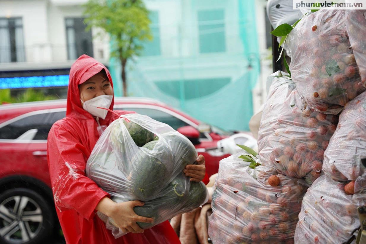 Hơn chục người dầm mưa vận chuyển, phát miễn phí 5,5 tấn nông sản Bắc Giang  - Ảnh 7.