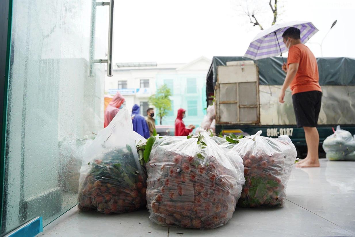 Hơn chục người dầm mưa vận chuyển, phát miễn phí 5,5 tấn nông sản Bắc Giang  - Ảnh 8.