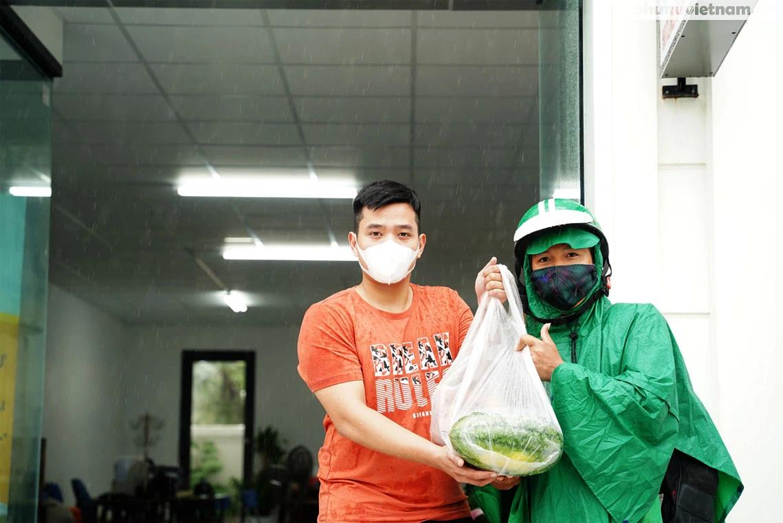 Hơn chục người dầm mưa vận chuyển, phát miễn phí 5,5 tấn nông sản Bắc Giang  - Ảnh 9.
